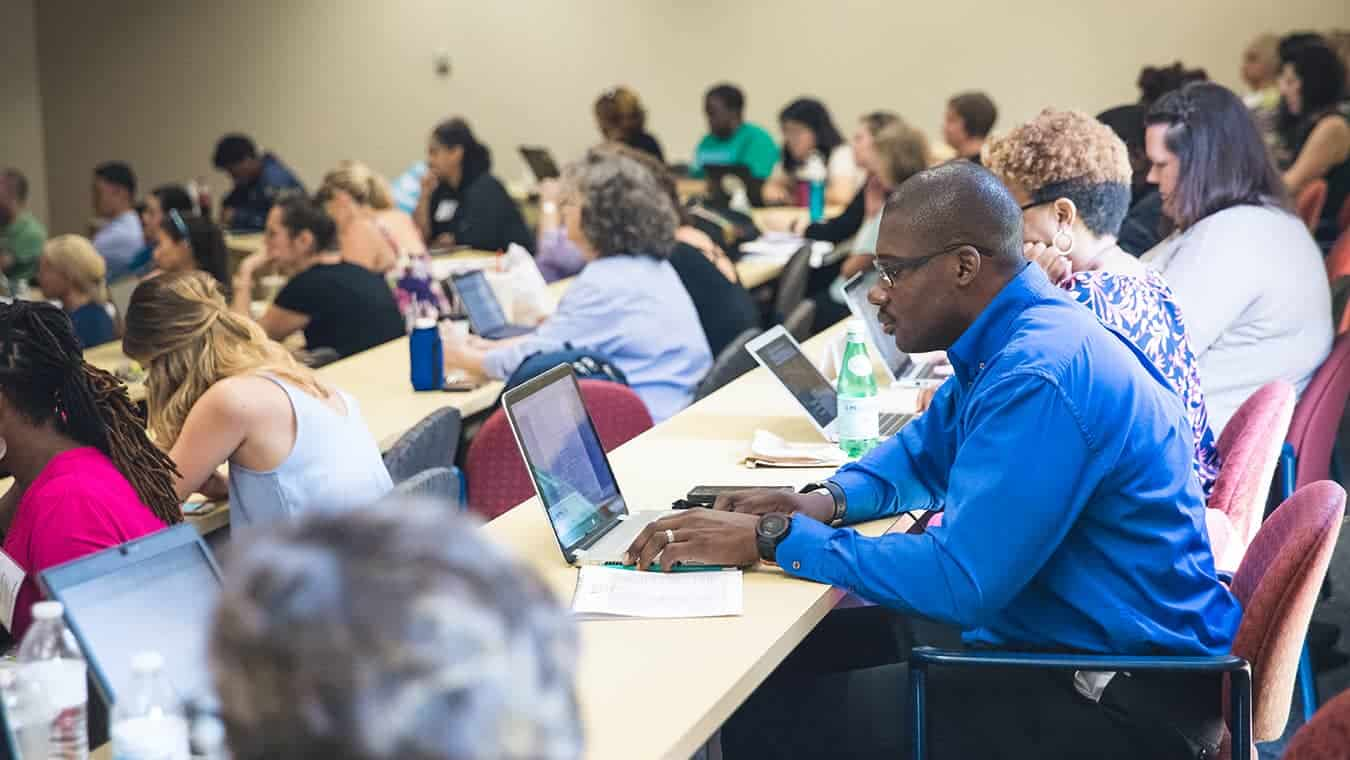 Students in a class: Pursue an Ed.S. in Educational Leadership – Educational Psychology Technology and Online Learning degree at Regent.